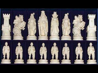 """Jeu d'Echecs """"Bergame Bouclier Côté Bois Naturel"""" en Bois des Alpes Massif Sculpté Traditionnellement"""
