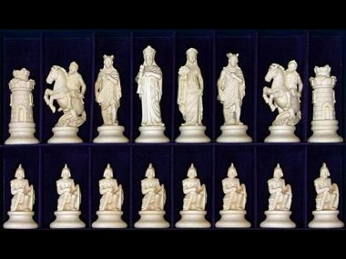 """Jeu d'Echecs """"Etrusque Bois Naturel"""" en Bois des Alpes Massif Sculpté Traditionnellement"""