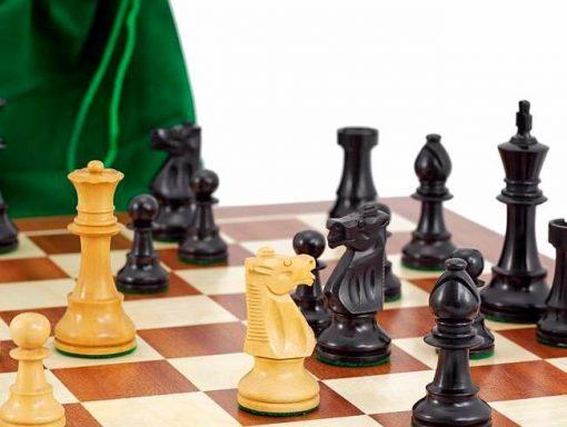 """Ensemble """"Conquête"""" Echiquier en Erable et Acajou, Jeu d'échecs en Bois de Buis & Pochette de rangement"""