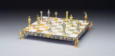 """Ensemble """"Charlemagne Empereur du Saint Empire Romain"""" Echiquier et Jeu d'Echecs en Bronze, Onyx et Or 24 Carats"""