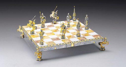 """Ensemble """"Dimitri Donskoj Prince Russe du XVe Siècle"""" Echiquier et Jeu d'Echecs en Bronze, Onyx et Or 24 Carats"""