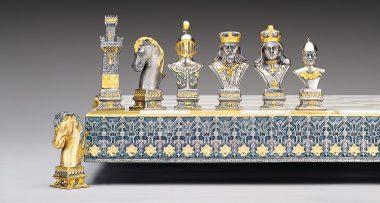 "Ensemble ""Poker II"" Echiquier et Jeu d'Echecs en Bronze, Onyx et Or 24 Carats"