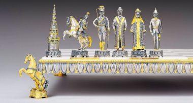 """Ensemble """"Nicolas II le Dernier Empereur de Russie"""" Echiquier et Jeu d'Echecs en Bronze, Onyx et Or 24 Carats"""