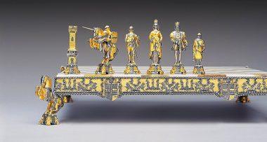 """Ensemble """"Roi Arthur et Guenièvre"""" Echiquier et Jeu d'Echecs en Bronze, Onyx et Or 24 Carats"""
