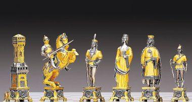 """Ensemble """"Soldats du Vatican vs Soldats de l'Etat"""" Table d'Echiquier Ronde et Jeu d'Echecs en Bronze, Onyx et Or 24 Carats"""