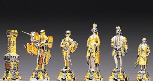 """Ensemble """"Bataille Médiévale XIIIe Siècle"""" Table d'Echiquier et Jeu d'Echecs en Bronze, Onyx et Or 24 Carats"""
