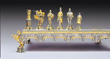 """Ensemble """"Bataille Médiévale XIIIe Siècle"""" Echiquier et Jeu d'Echecs en Bronze, Onyx et Or 24 Carats"""