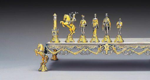 """Ensemble """"Bataille Médiévale"""" Echiquier et Jeu d'Echecs en Bronze, Onyx et Or 24 Carats"""