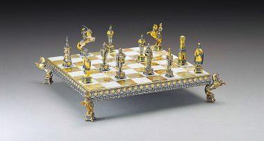 """Ensemble """"Soldats du Vatican vs Soldats de l'Etat"""" Echiquier et Jeu d'Echecs en Bronze, Onyx et Or 24 Carats"""