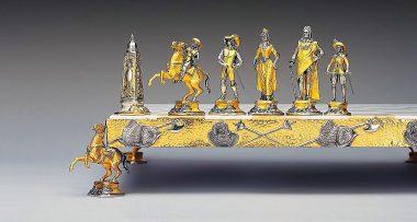 """Ensemble """"Louis XIV le Roi Soleil"""" Echiquier et Jeu d'Echecs en Bronze, Onyx et Or 24 Carats"""