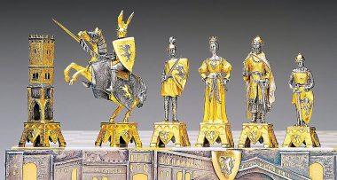 """Ensemble """"Vénétie Médiévale"""" Table d'Echiquier carré et Jeu d'Echecs en Bronze, Onyx et Or 24 Carats"""