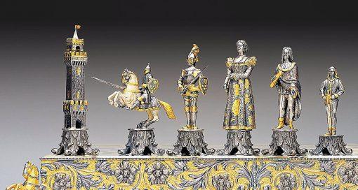 """Ensemble """"Médicis Vs Pazzi"""" Echiquier et Jeu d'Echecs en Bronze, Onyx et Or 24 Carats"""