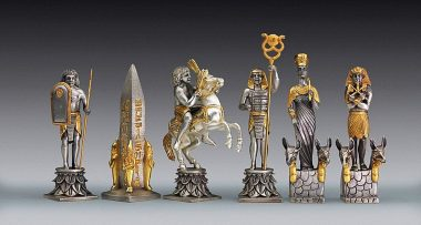 """Ensemble """"Bataille d'Actium Egyptiens vs Romains"""" Table d'Echiquier Carrée et Jeu d'Echecs en Bronze, Onyx et Or 24 Carats"""