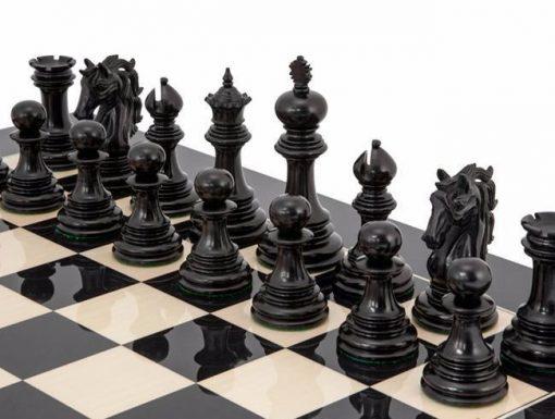 """Ensemble """"Constantine"""" Echiquier en Bois d'Erable Laqué et Jeu d'échecs en Bois d'Ebène massif"""