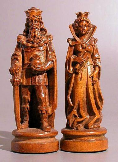 """Jeu d'Echecs """"Bergame Bouclier Côté Bruni et Poli à la Cire"""" en Bois des Alpes Massif Sculpté Traditionnellement"""